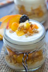 granola i voće za doručak
